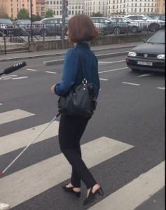 DV traversant une rue