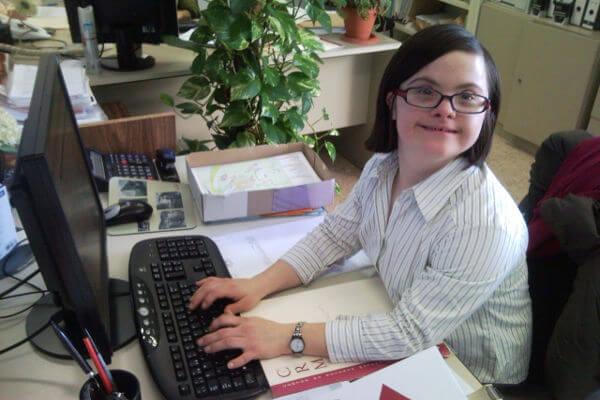 personne en situation de handicap mental à un bureau - autonomie