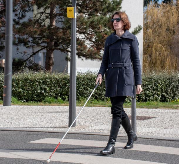 Une femme aveugle traverse la rue grâce à aBeacon