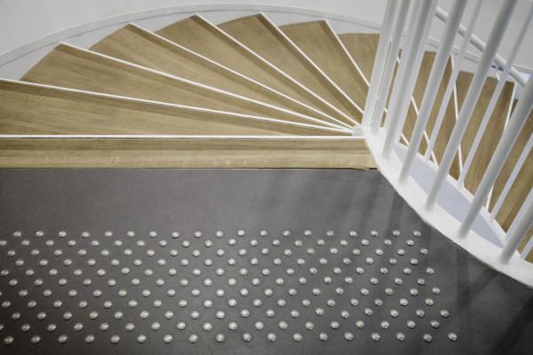 Des clous podotactiles pour indiquer la descente d'escaliers