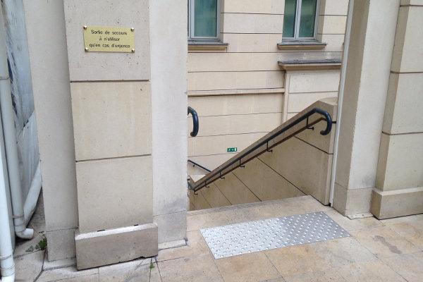 BEV devant porte-accessibilité ERP - escaliers
