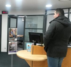 Mobilier adapté dans une agence bancaire