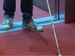 personne handicapée sortant d'un ascenseur dans un cinéma