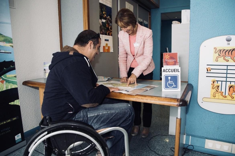 une personne en fauteuil en train d'être accueillie