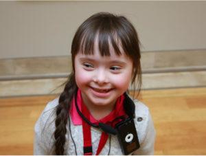 Petite fille souriante - porteuse de la trisomie