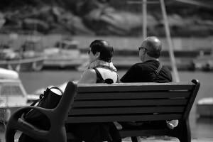 personnes agées sur un banc dans une ville