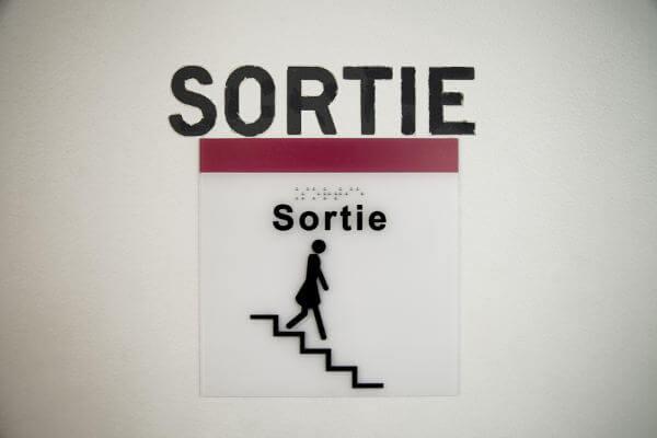 """Signalétique """"sortie"""" accessible"""