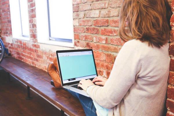 personne en train d'écrire un blog