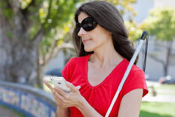 personne aveugle avec un smartphone