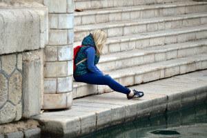Solitude d'une personne assise sur un quai