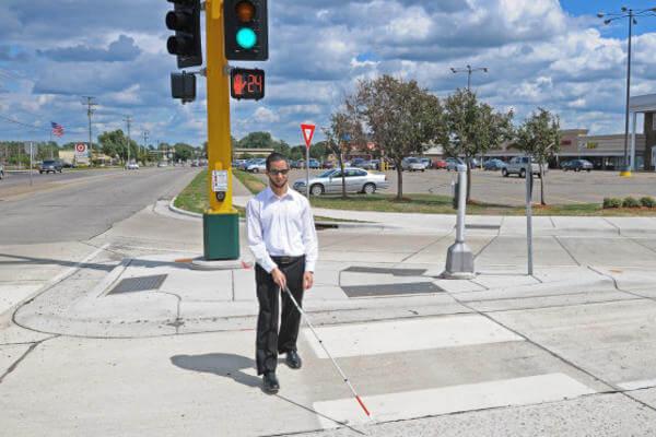 comment les aveugles traversent-ils la rue ?