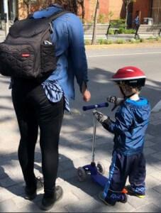 enfant en trotinette avec sa maman