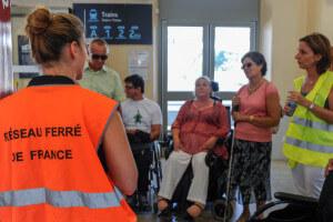 Groupe de personnes en situation de handicap avec une personne de la SNCF pour échnager sur l'accessibiltié