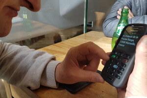 Personne malvoyante utilisant une application sur son smartphone