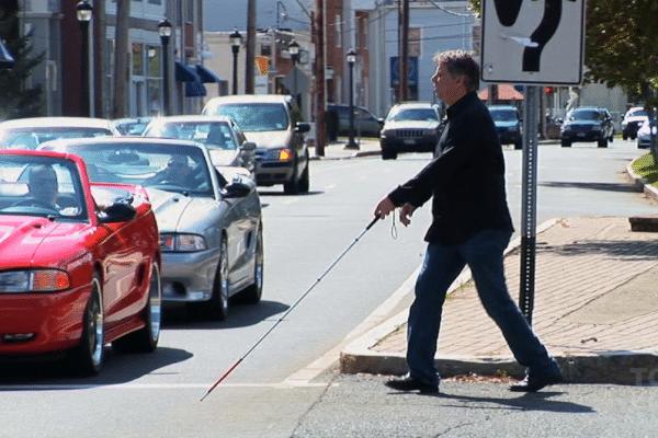 personne aveugle traverse rue accessibilité handicap