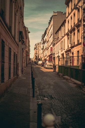 trottoir avec potelets et chantiers urbain sur le trottoir d'en face