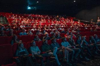 sous-titres au cinéma pour l'accessibilité des personnes sourdes et malentendantes