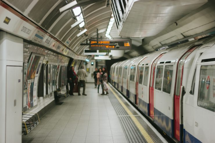 Plusieurs personnes attendent le métro au quai