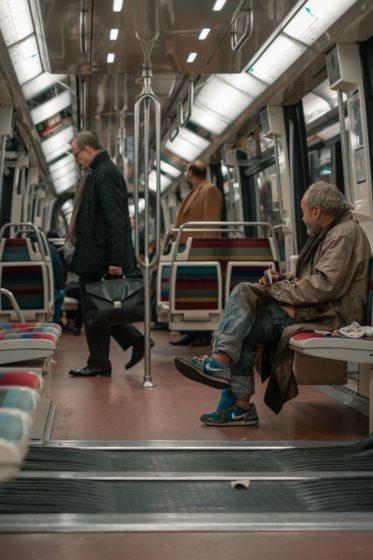 Usagers dans un train du métro parisien