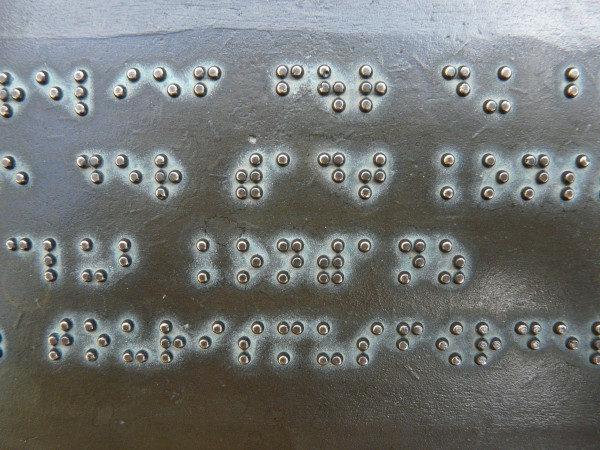 écriture braille sur plaque