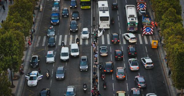 Plusieurs voies avec des voitures et des bus