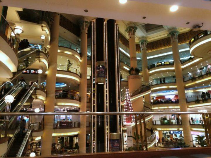 Dédales d'escalators dans un centre commercial