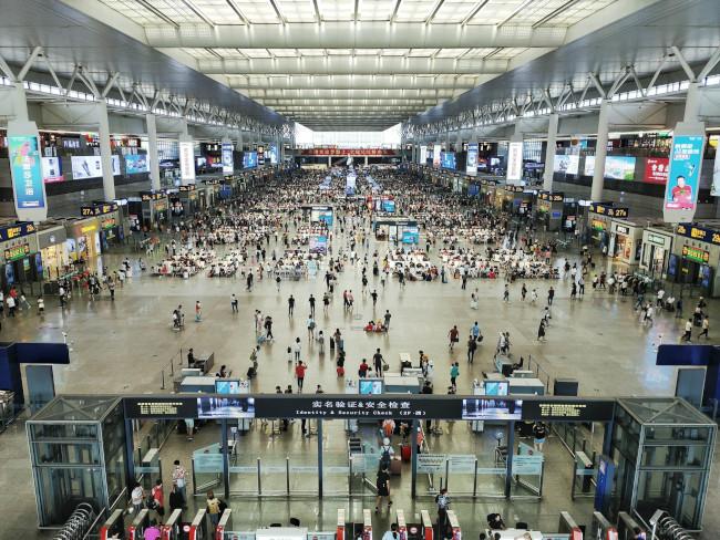 Hall d'un aéroport vu d'en haut avec beaucoup de personne.