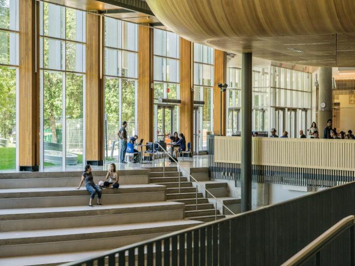 Intérieur d'une université avec étudiants assis