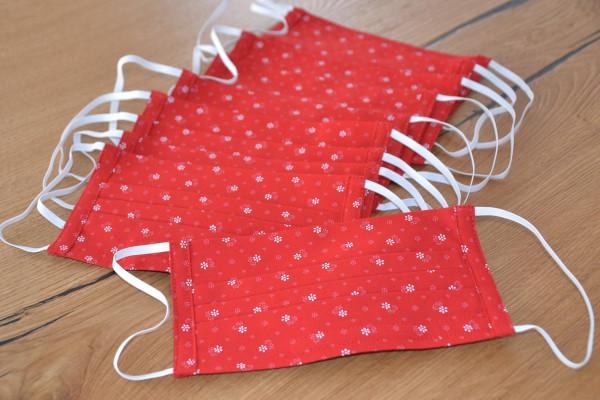 Plusieurs masques en tissu rouge