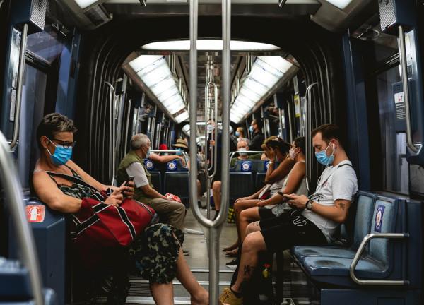 Des passagers masqués dans le métro parisien