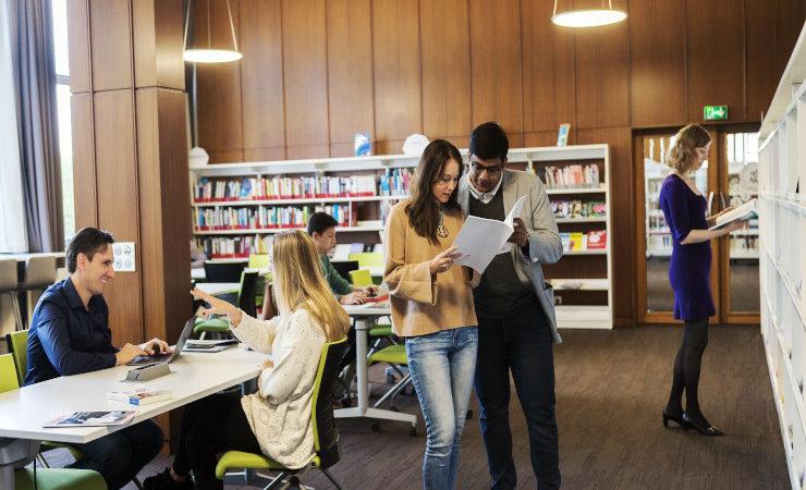 Des étudiants à la bibliothèque d'HEC