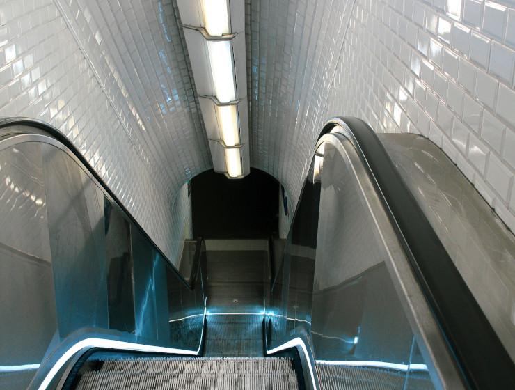 Escalator d'une station de métro à Paris