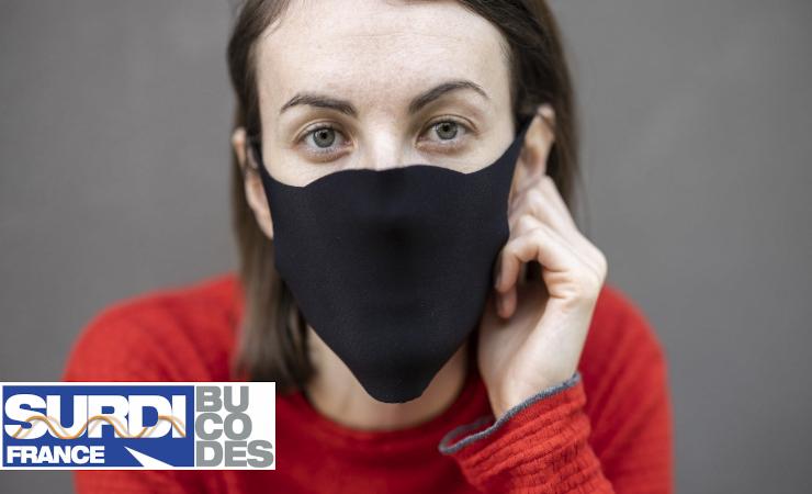 Femme portant un masque en tissu, l'image contient également le logo de BUCODES SurdiFrance