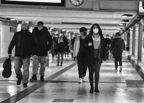 Des usagers du métro portant un masque