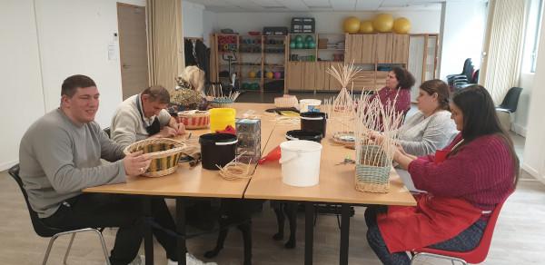 Plusieurs bénéficiaires de l'association UNADEV participent à un atelier de vannerie