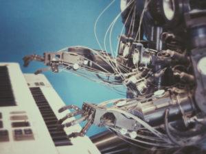 Un robot fonctionnant avec l'intelligence artificielle joue du piano