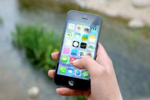 Zoom sur un iPhone qui utilise l'intelligence artificielle avec Siri