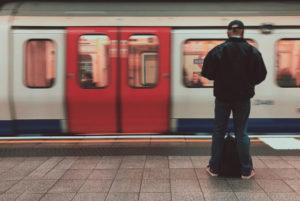 Un usager à quai au métro londonien