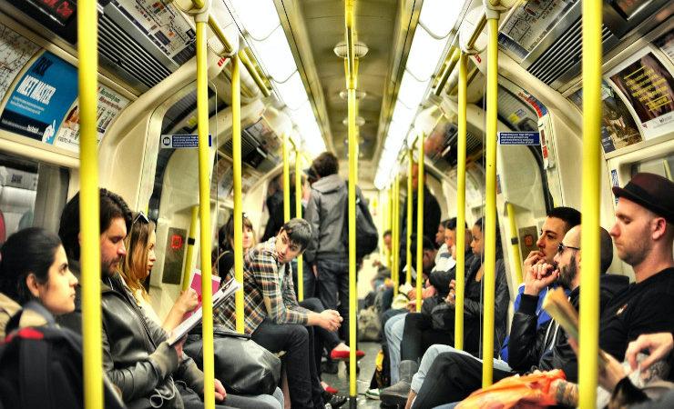 Des usagers dans un train londonien