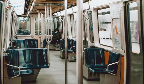 Intérieur d'un train du métro de Montréal avec un seul passager
