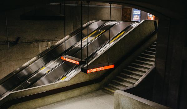 Escalators d'une station du métro de Montréal