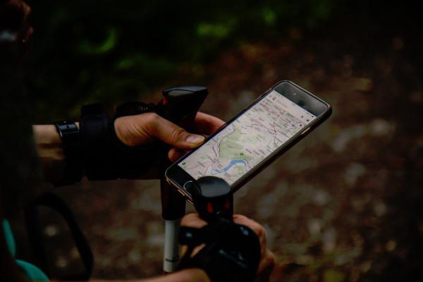 Un randonneur utilise Google Maps pour se repérer