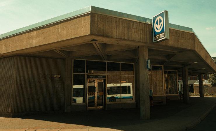 Entrée d'une bouche de métro à Montréal