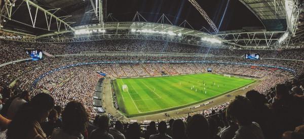 Stade de foot rempli de supporters