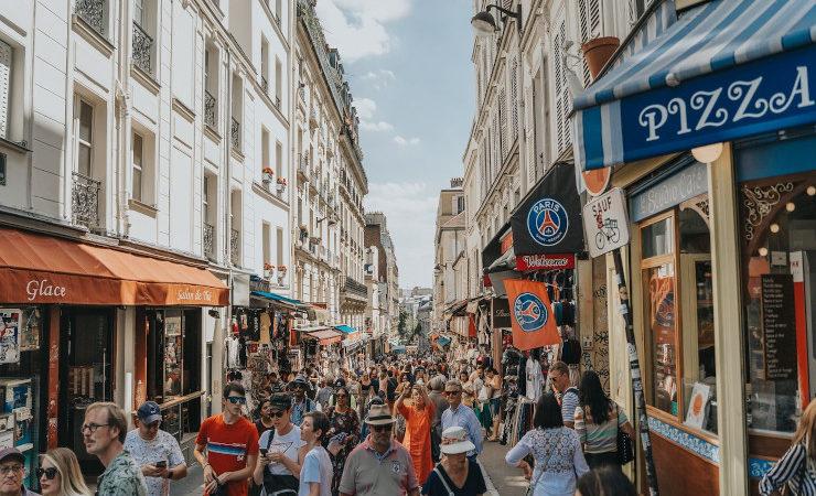 Une foule dans les rues de Paris