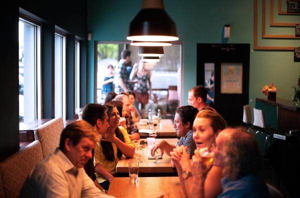 Des personnes déjeunent au restaurant