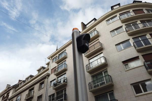 Balise sonore fixée sur un mât à Rouen